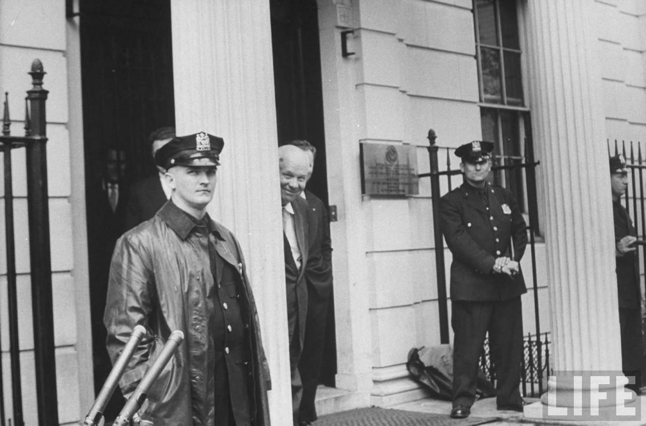 Никита Сергеевич Хрущев покидает здание ООН
