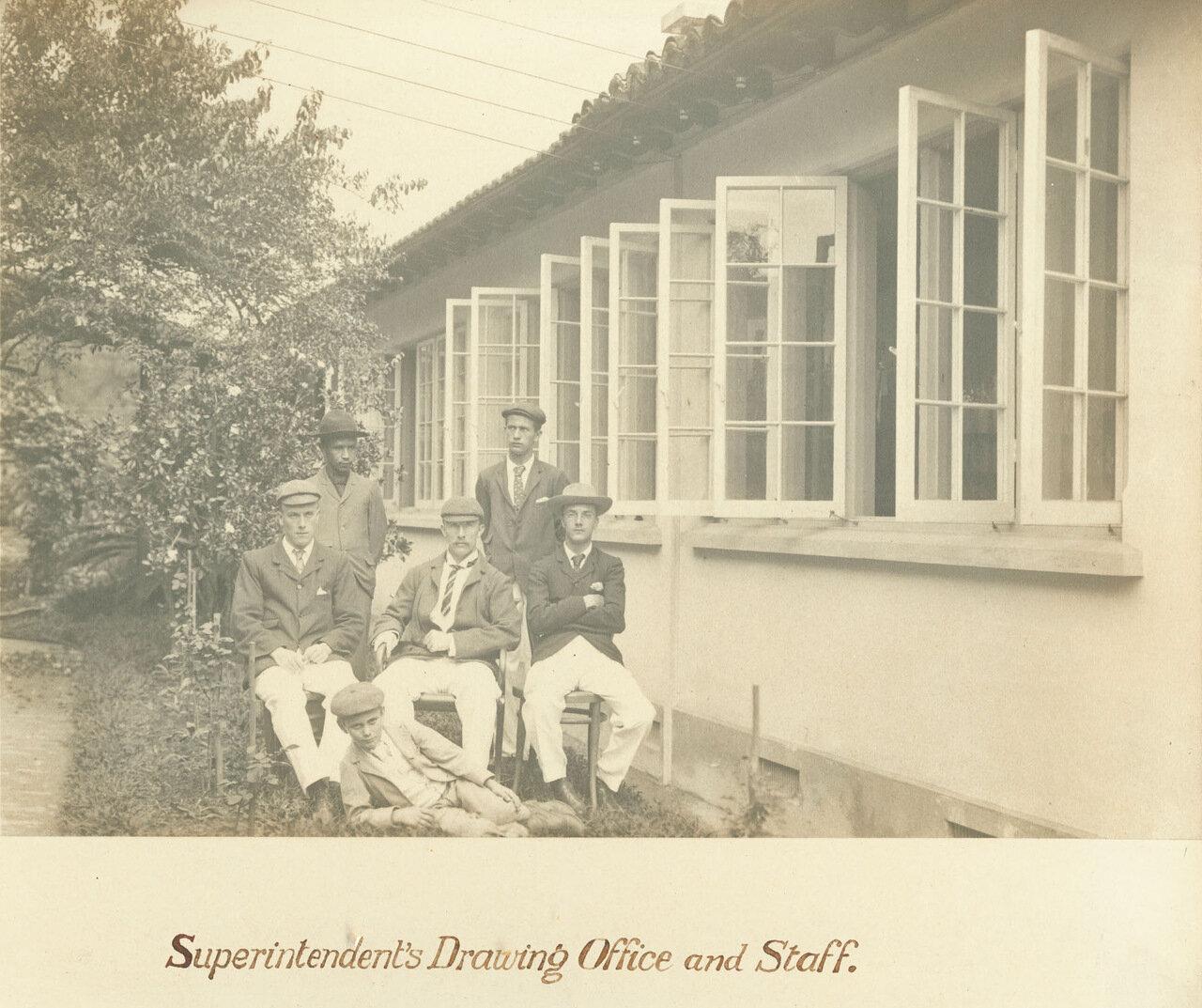 Заведующий рудником и его сотрудники возле чертежного бюро, ок. 1893 года