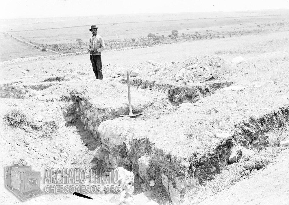Рабочийна раскопках т.н. Страбонова Херсонеса (Маячный полуостров). 1912 год