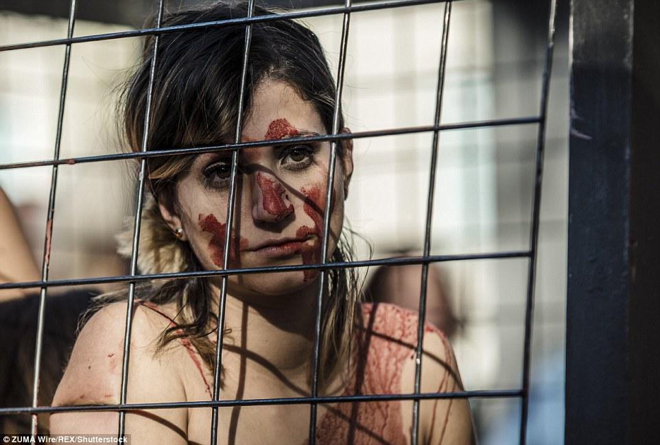 Голый протест зоозащитников в Испании
