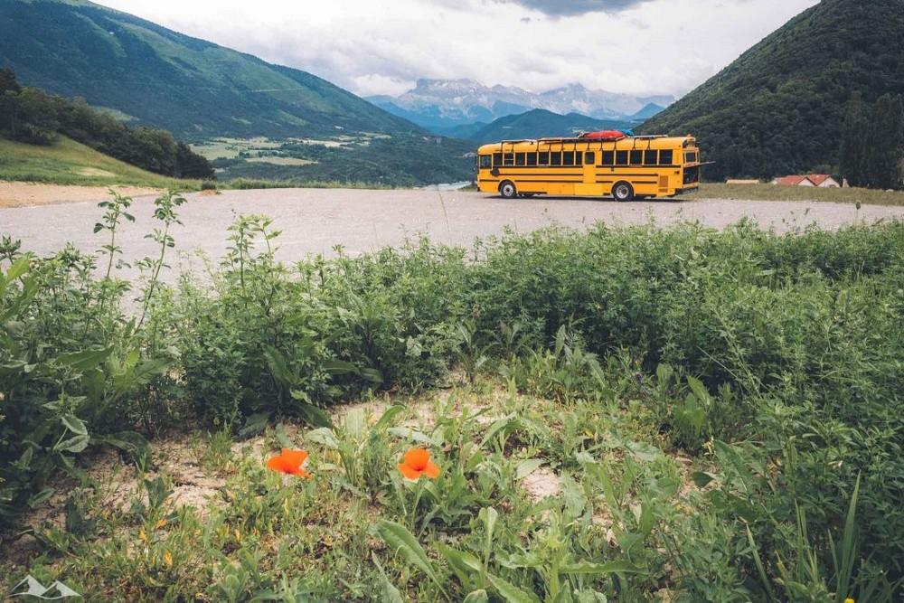Семья превратила школьный автобус в дом на колесах и путешествует на нем