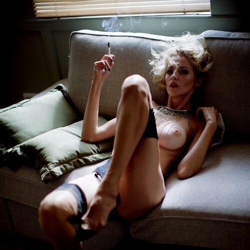 Девушки курят. 18+