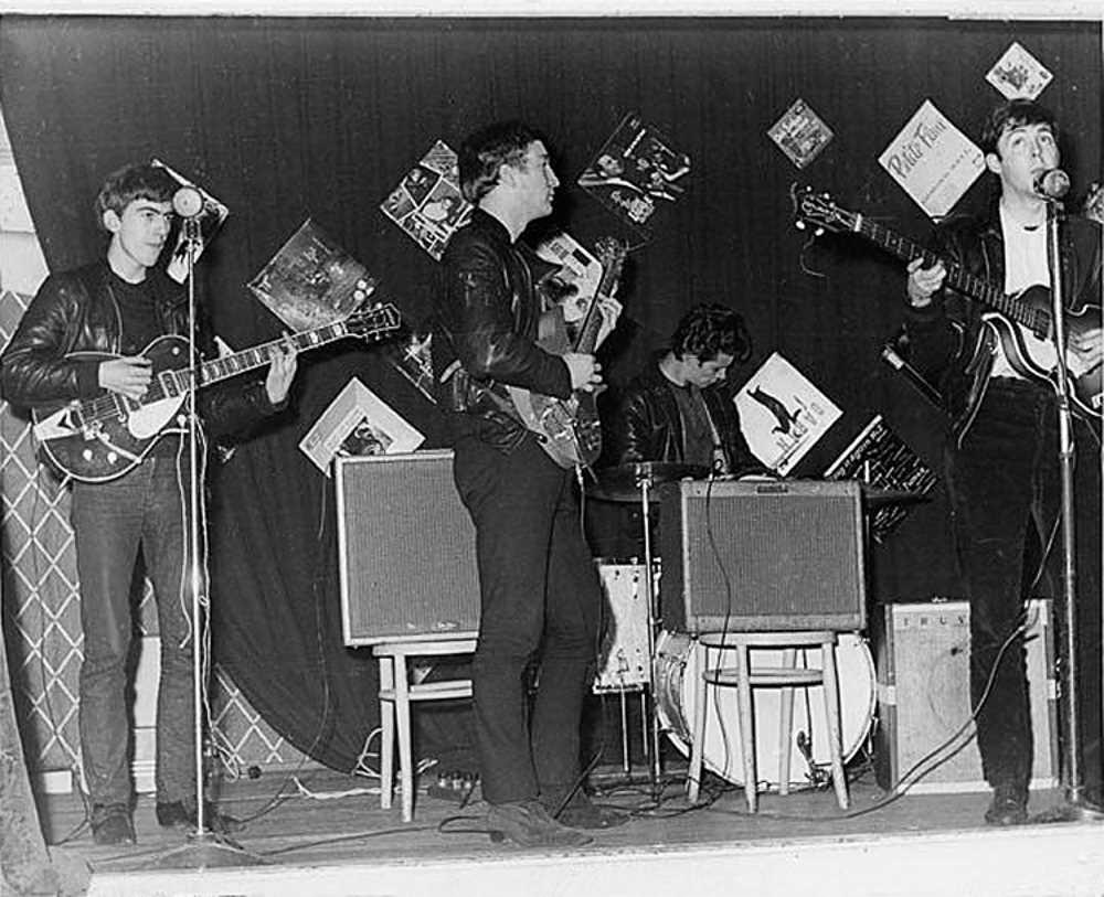 В тот же вечер битлы играли свои обычные кавер-версии песен Чака Берри и Джерри Ли Льюиса для 18 ску