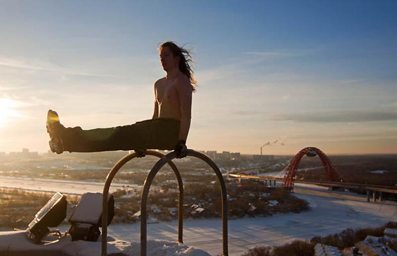11. Макс Полатов делает стойку на руках на высоте 130 метров. (MAX POLATOV / BARCROFT)