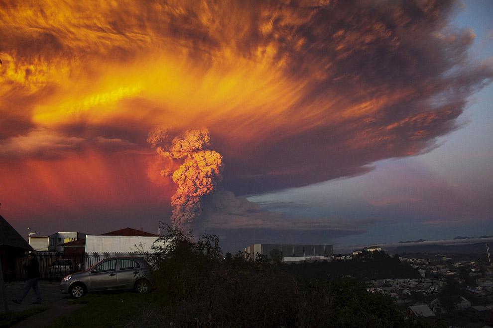 6. Извержение вулкана Кальбуко в Чили, 23 апреля 2015. (Фото Carlos Gutierrez | Reuters):
