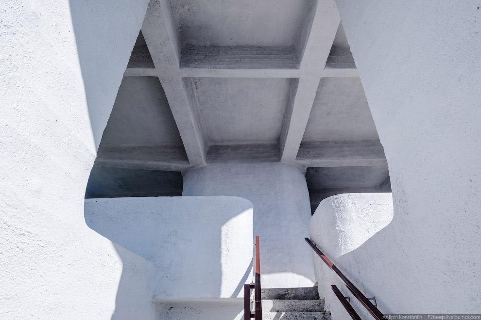 6. Пример площадки на центральной лестнице. Над ней расположены желоба для вагончиков канатной