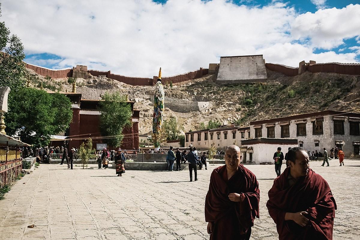 10. Монастырь был основан в 1418 году и сейчас принадлежит школе Гелуг. Хотя на его территории есть