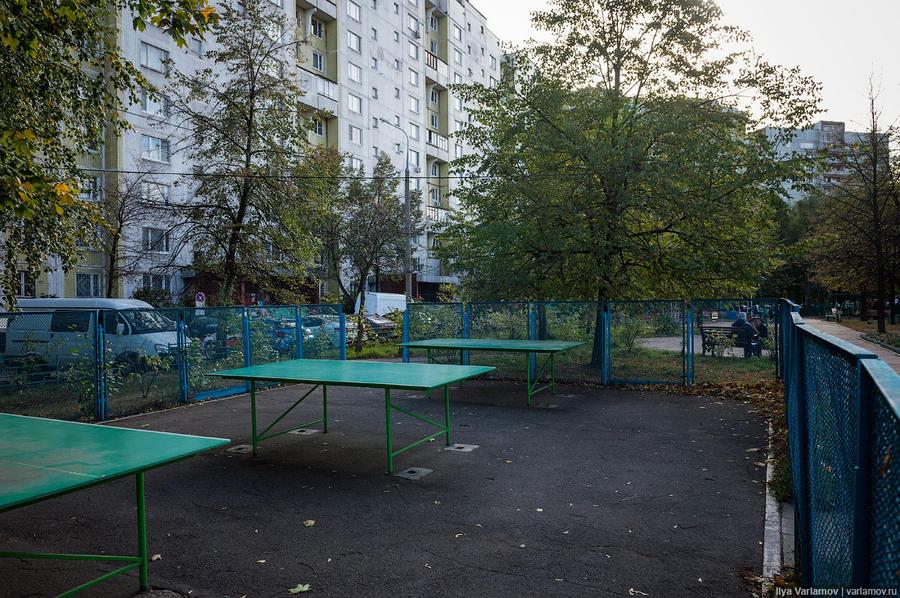 32. Во дворах не только детские площадки, но и много площадок для спорта. Например, столы для теннис