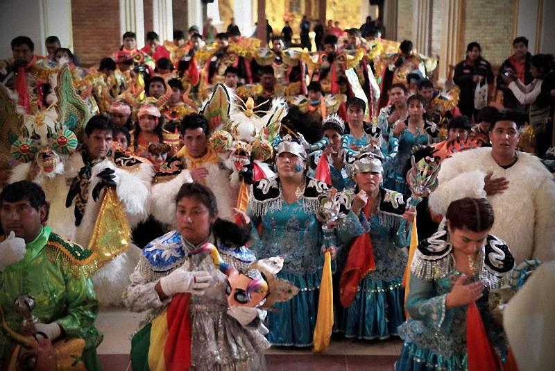 43. В церкви падре отпускает грехи участникам карнавала.