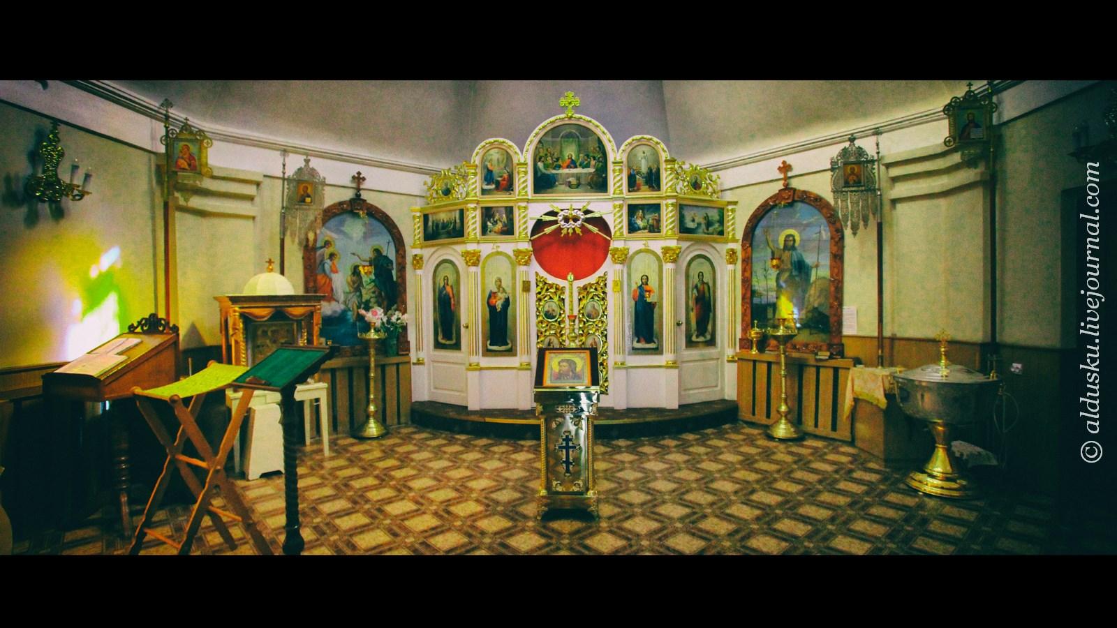 Внутри крестильного храма
