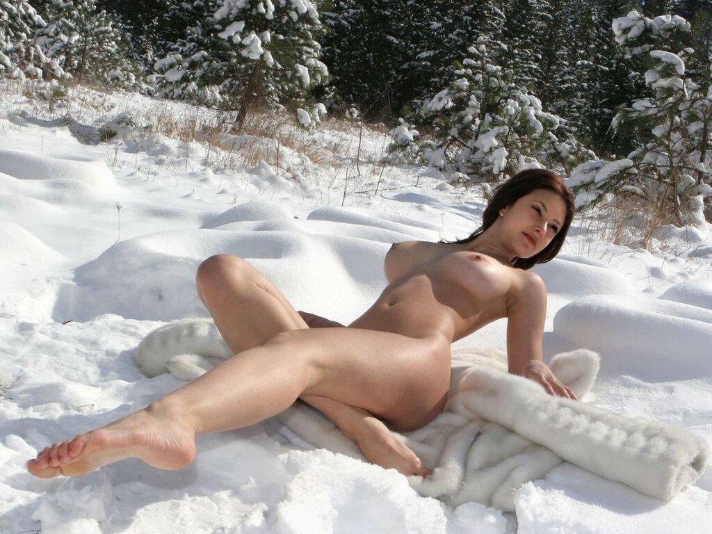 голые на снегу девки фото