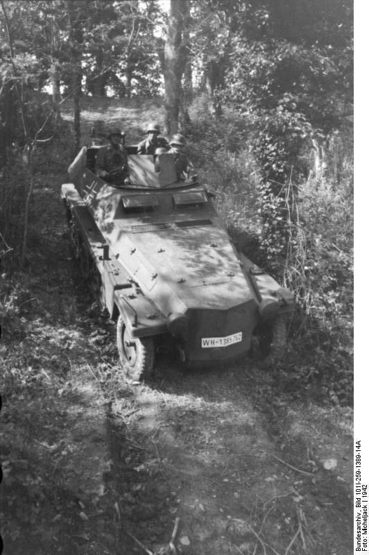 Sьdfrankreich, Schьtzenpanzer im Wald