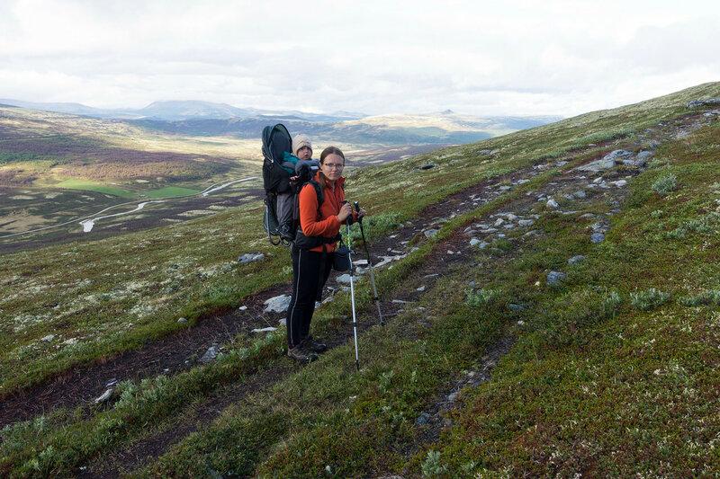 пеший поход с ребенком (1 год) в рюкзаке-переноске Deuter Kid Comfort III по тундрам Норвегии