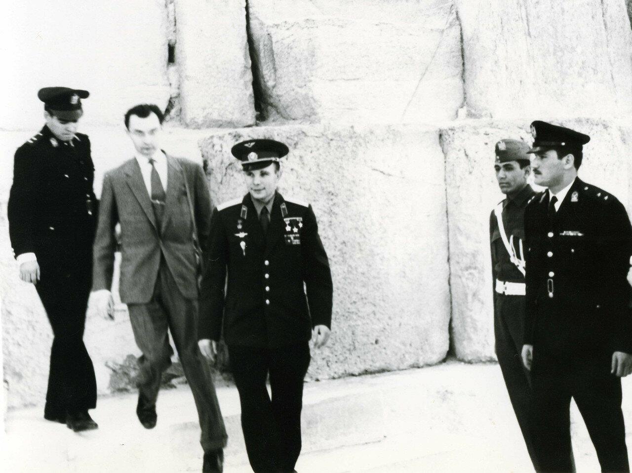 07.02. Юрий Гагарин осматривает пирамиды