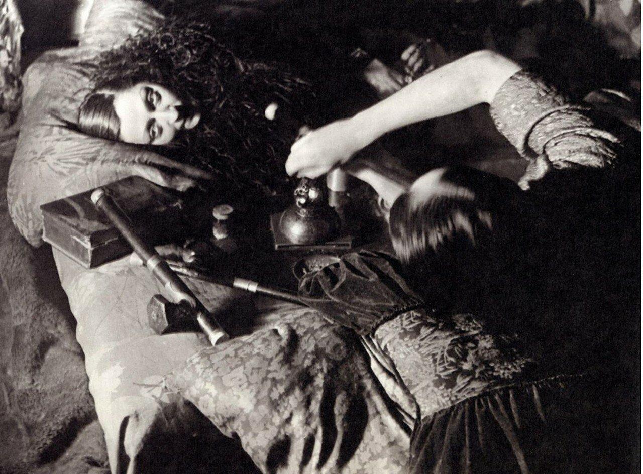 1931. В опиумном притоне. Париж