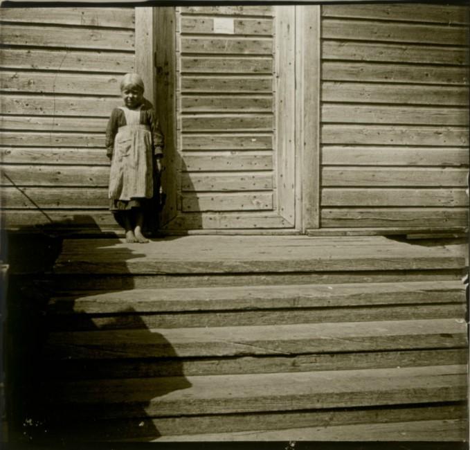 1906. Дочка сторожа у входа в смотровую башню. Финляндия, около Куопио