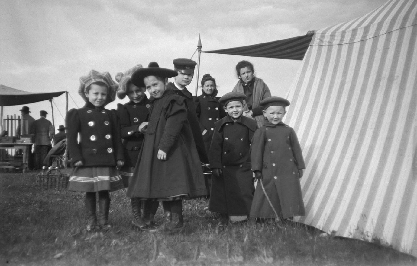 1899. Зрители на соревнованиях по стрельбе. Химка, Московская губерния