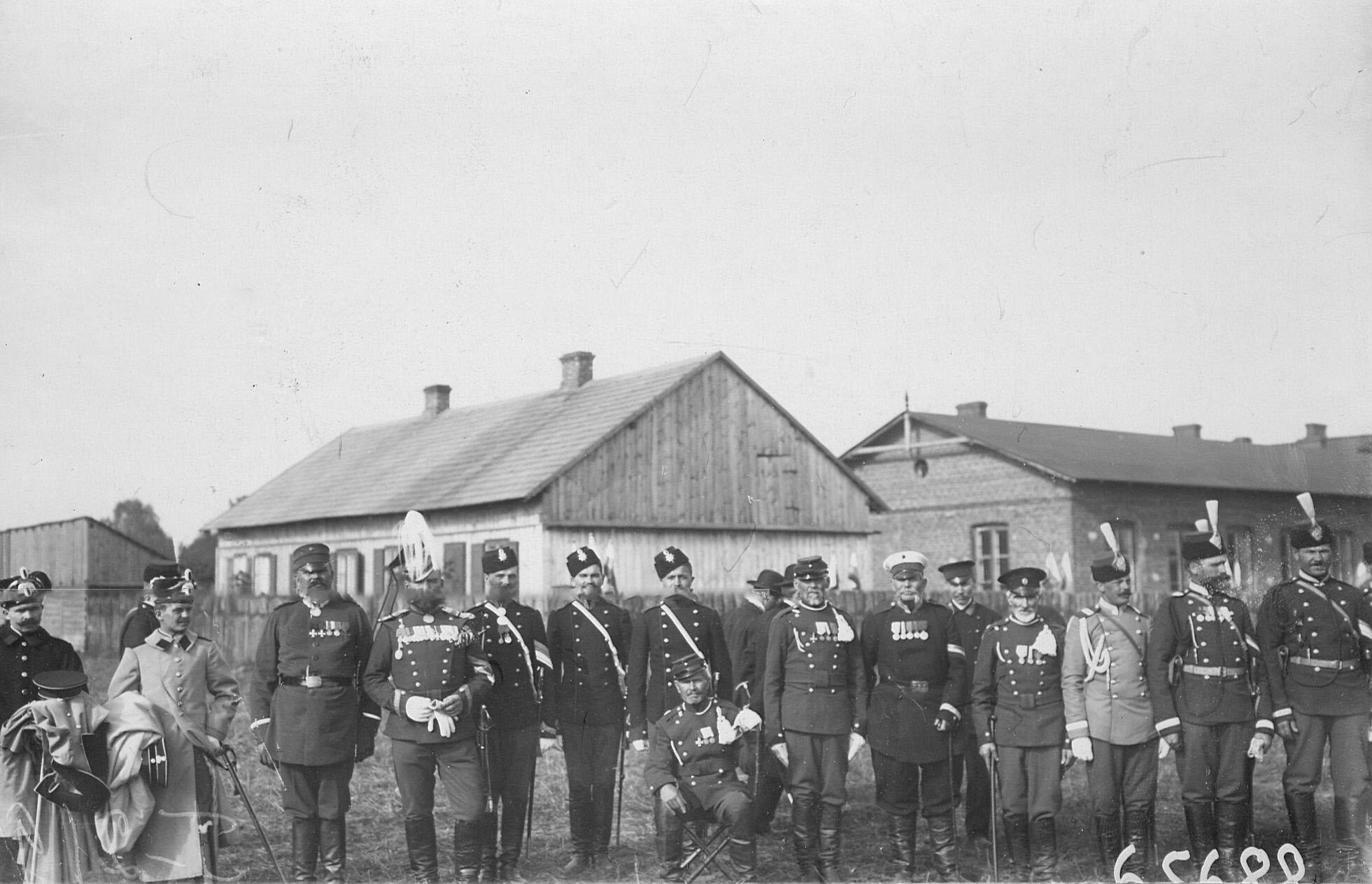 Группа прежде служивших в полку ветеранов , продолжающих службу в других частях и полиции  (слева - денщики германских «гусар смерти»)