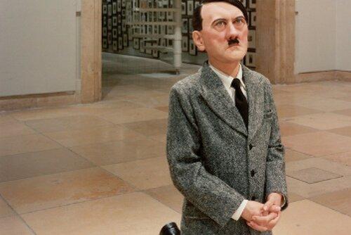 Коленопреклоненный Гитлер был продан за 17 млн долларов
