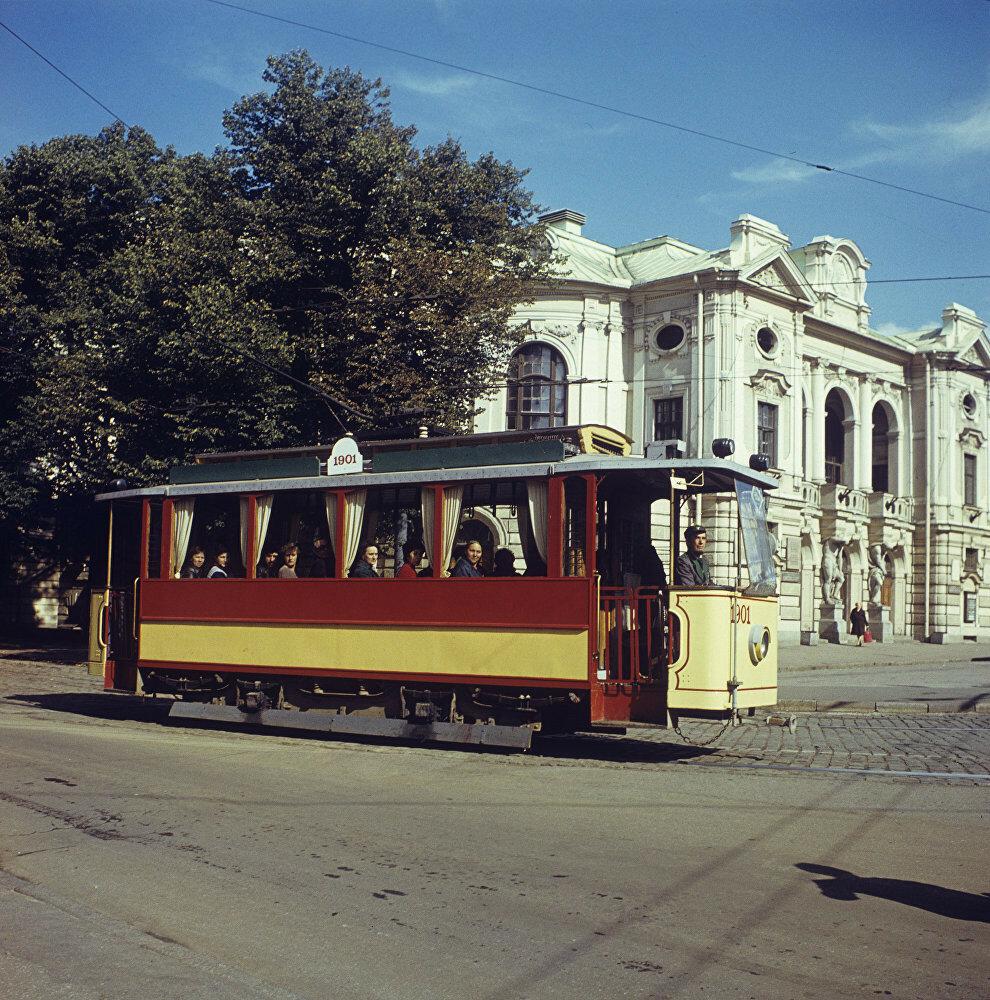 Латвийская ССР. Экскурсионный трамвай 1901 года выпуска курсирует по улицам латвийской столицы. Опалин. Sputnik.jpg