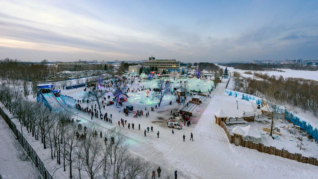 Ледовый городок сезона 2015-2016гг. запомнился тремя объектами: аэропортом, гидроузлом и метро - всем тем, что Омску обещали, но оставили только в сказке