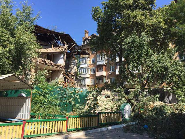 Отселенный дом обрушился в Киеве. ФОТО