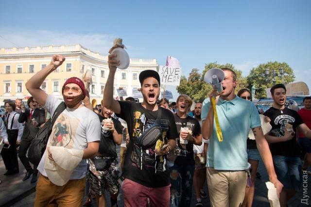"""""""Одессе нужна шаурма с человеческим лицом"""": в городе прошел марш в поддержку фастфуда. ФОТОрепортаж"""