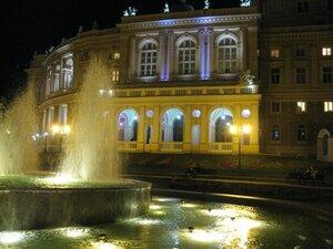 Вечерний вид Одесского театра оперы и балета