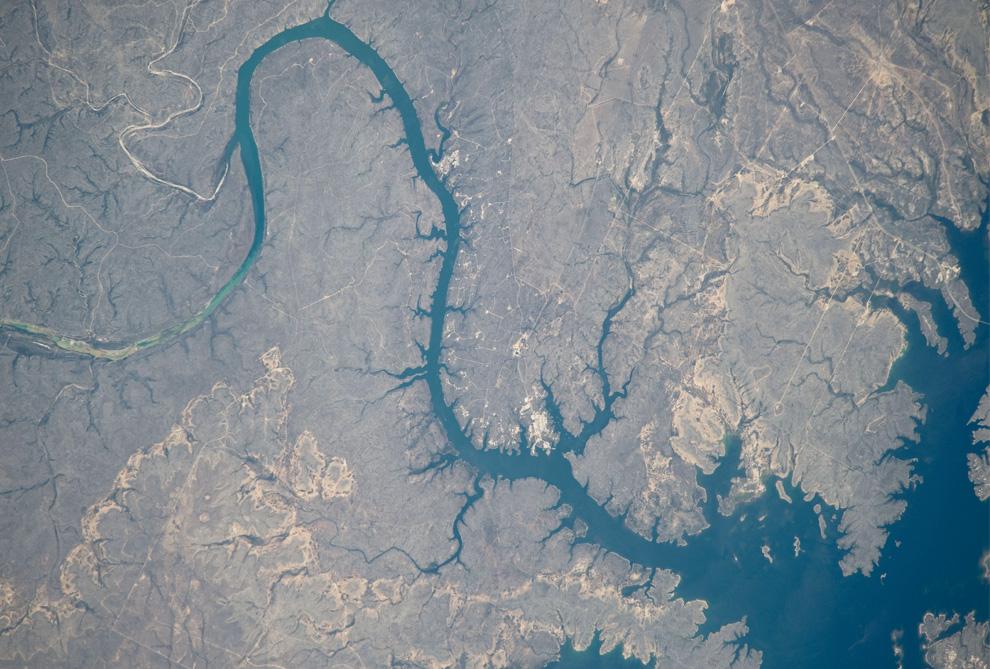 11) Часть водохранилища Амистад в Рио-Гранде, штат Техас. (NASA/JSC)