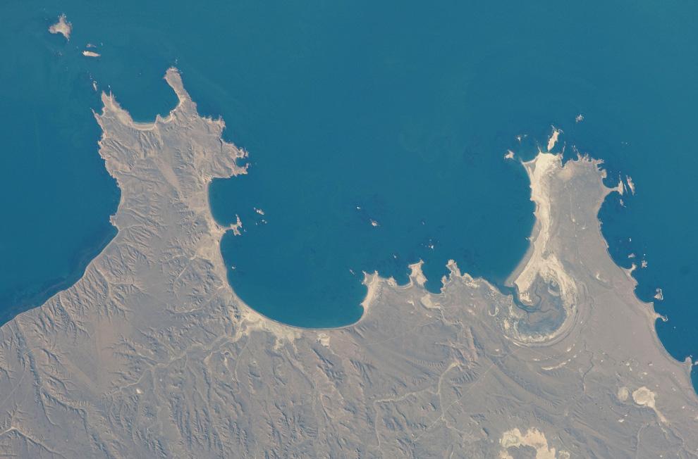 30) Вид на Атлантический океан у берегов Аргентины. (NASA/JSC)