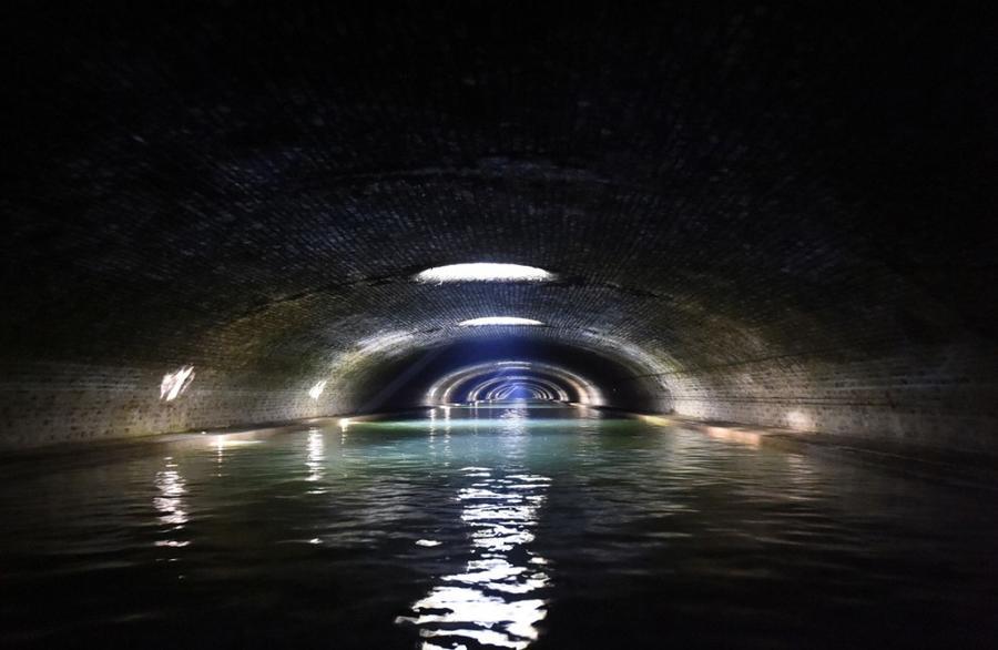 6. Туннель, проходящий вдоль канала Сен-Мартен в Париже, 16 июля 2015 года.