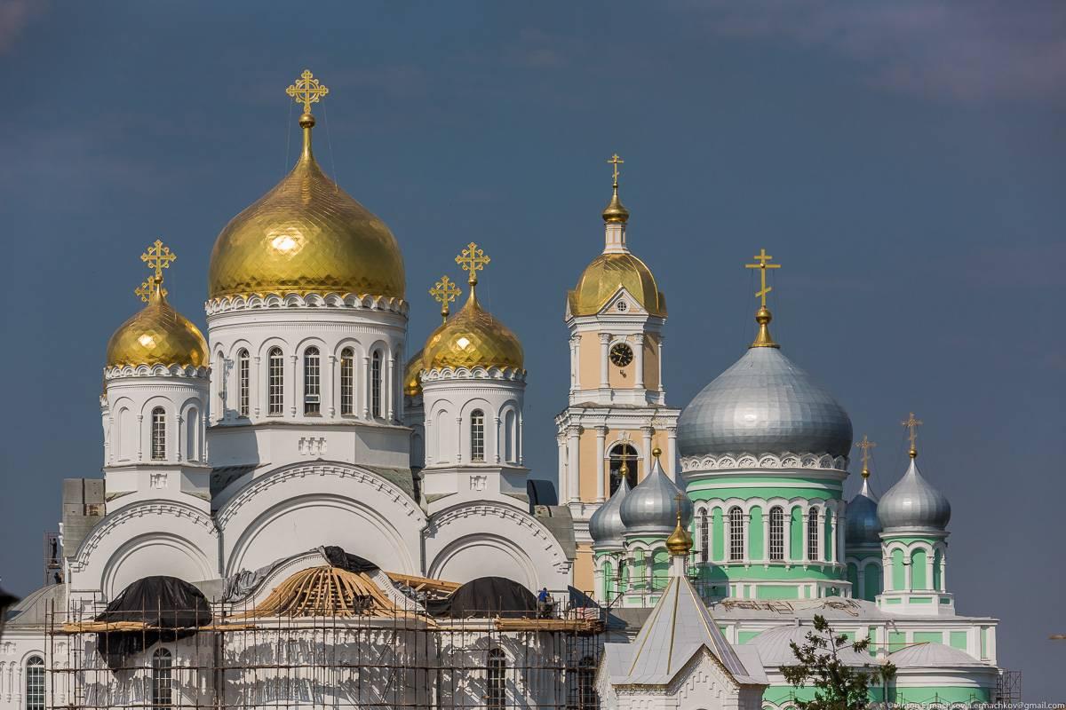 На территории монастыря, утопающей в зеленой царит спокойствие и умиротворение: