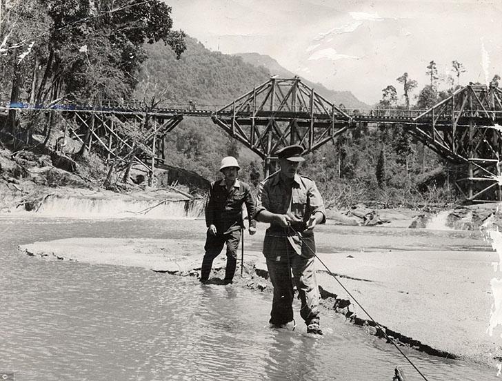 Роман Пьера Буля «Мост через реку Квай» успешно экранизировали в 1957 году в фильме с Алеком Гиннесс