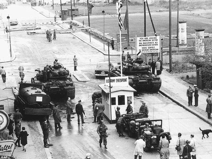 КПП «Чарли» (на фото) был пограничным пунктом между Восточной и Западной Германией и во времена холо