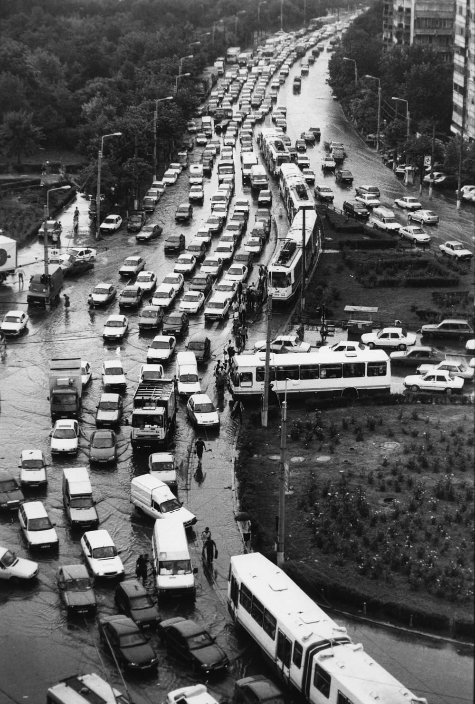 Жуткая пробка в северной части города, вызванная сильным дождем. Многие жители города все еще ездят