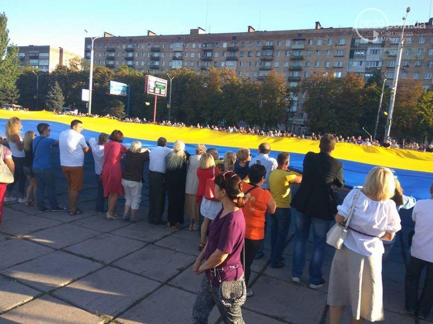 ВМариуполе надень города развернули крупнейший вмире флаг государства Украины