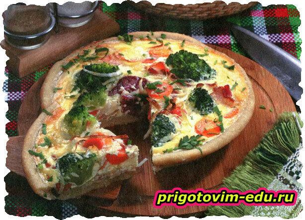 Пицца с салями, овощами и беконом
