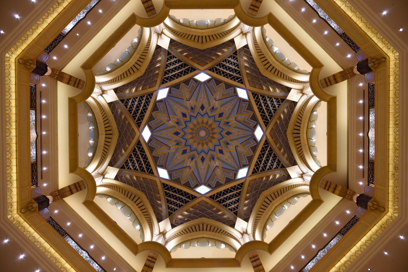 Фотография 2. Потолок во дворце Эмирейтс-Палас. 1/25, 2.8, 360, 24. Съемка на камеру Никон Д4с и объектив Никон 24-70/2,8.