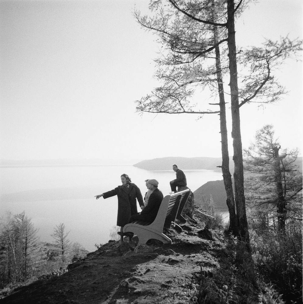 Вид на озеро со скамейки на берегу