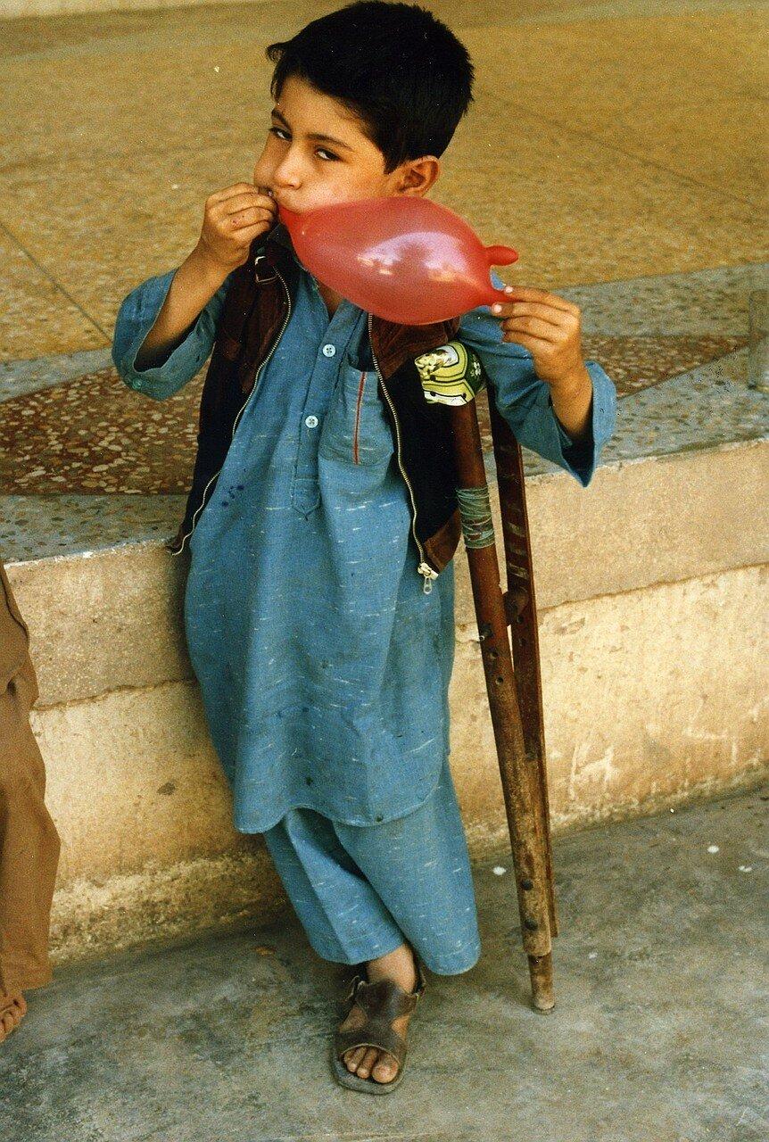 Афганский мальчик в лагере для беженцев в Пакистане