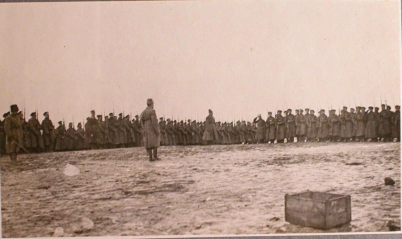 47. Командир полка, отправляющегося на передовые позиции, поздравляет Георгиевских кавалеров во время праздника на перевязочно-питательного пункта №18. Октябрь. Витебская губ. Двинский р-он