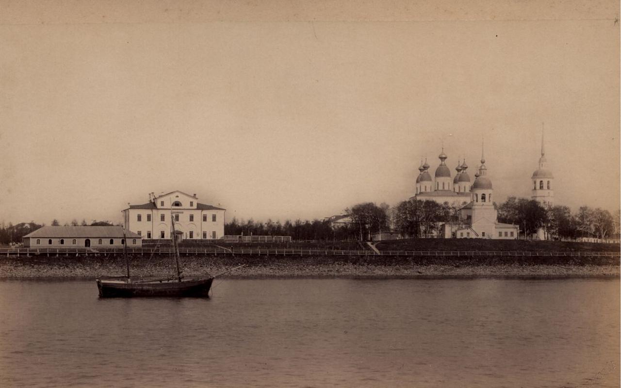 Вид собора с реки
