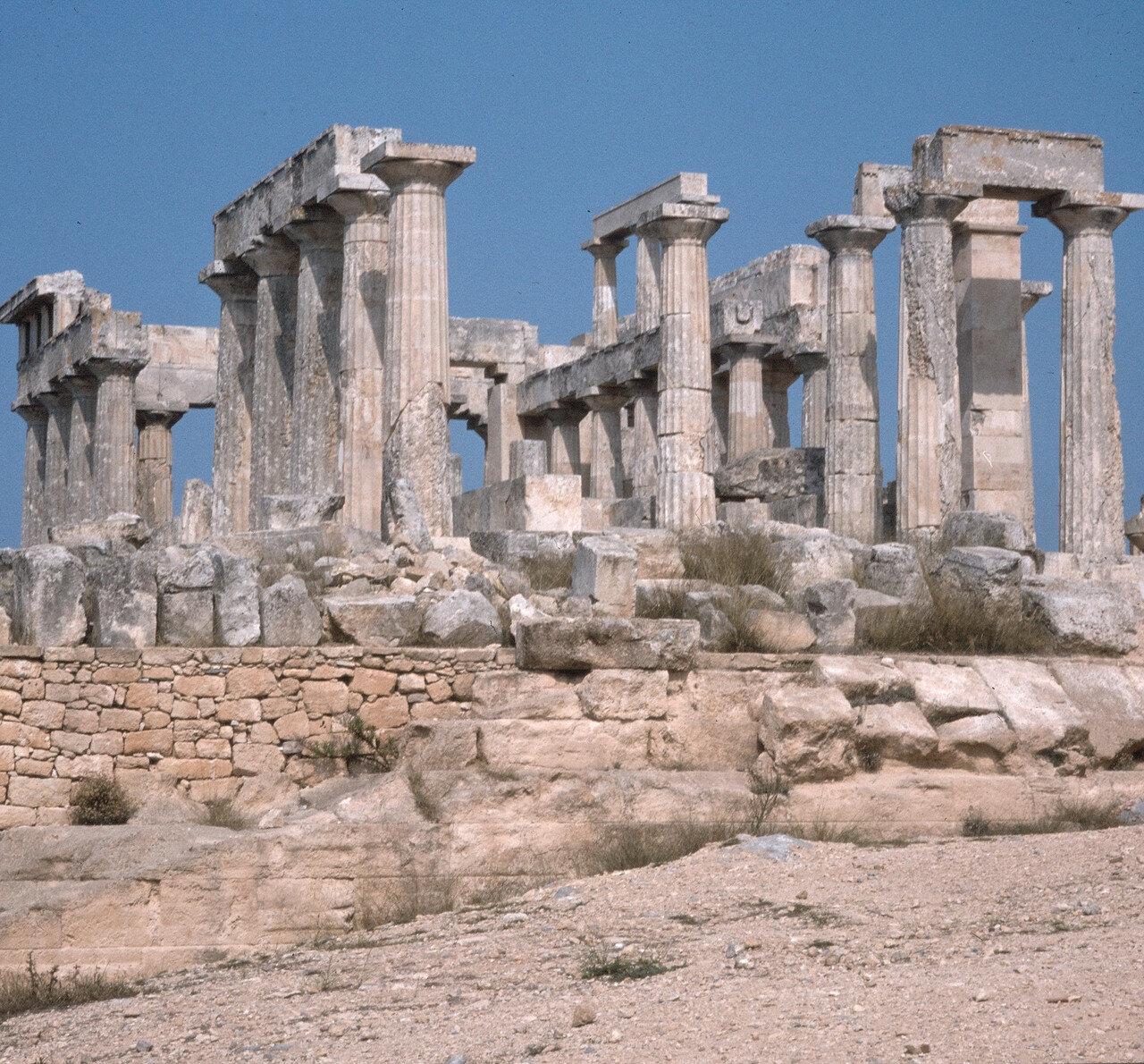 10.  Целла храма состояла из пронаоса с двумя колоннами в антах, такого же описфодома и наоса, разделенного на три корабля двумя двухъярусными колоннадами. На снимке: вид целлы с запада