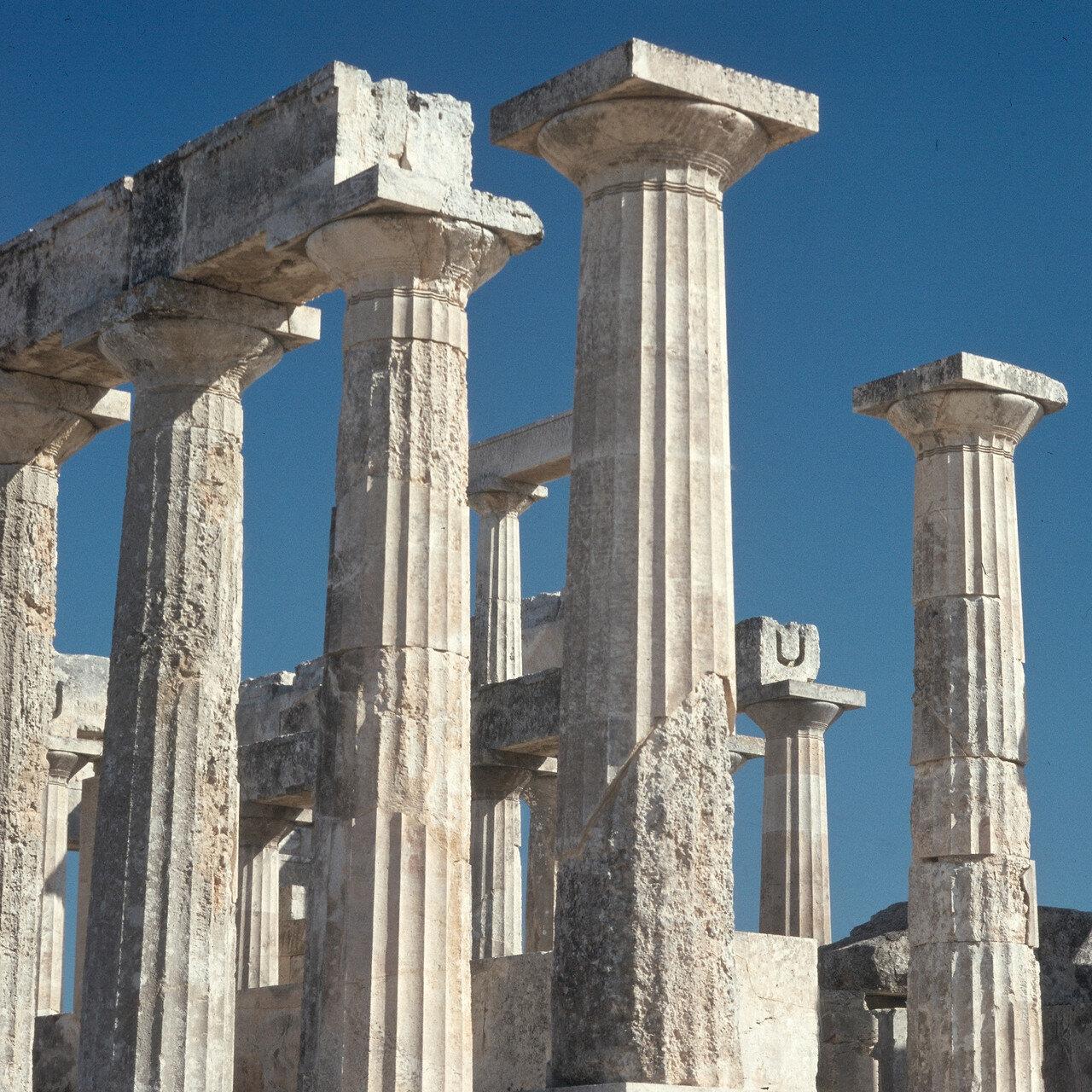 14. Вместе с храмом Зевса в Олимпии храм Афины на о. Эгине относится к числу немногих, сохранивших некоторые черты, указывающие на существование деревянных галерей над боковыми нефами. На снимке: колонны длинной северной стороны храма