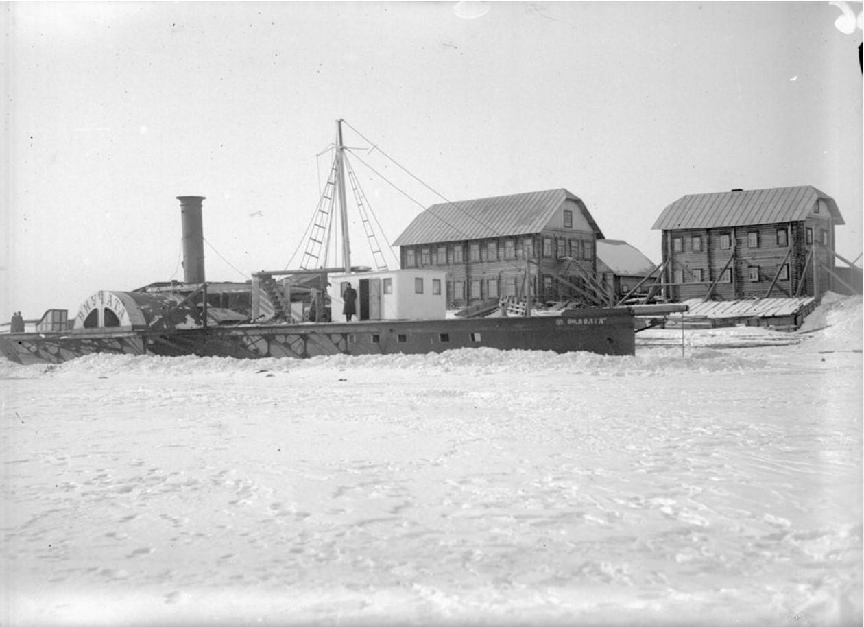 1915-1916. Пароход «Внучата» на суше