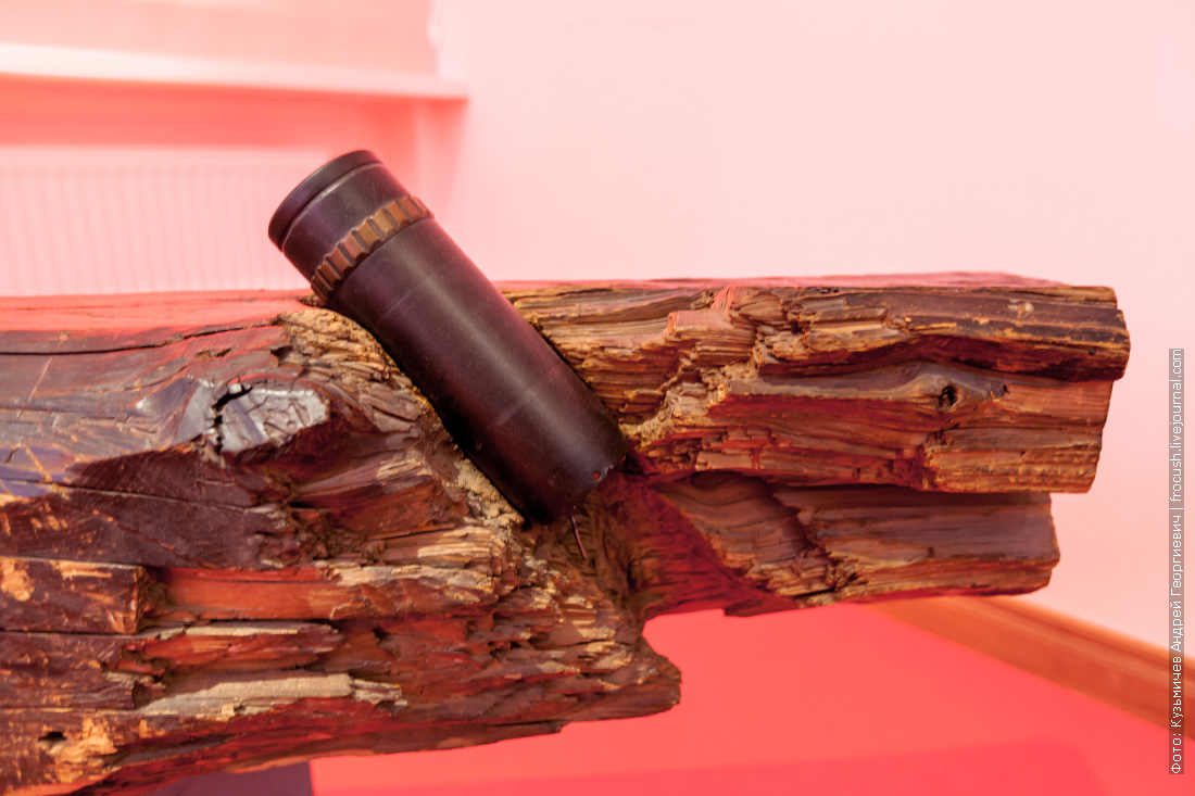 балка от дома в районе Никитских ворот с застрявшим в ней снарядом