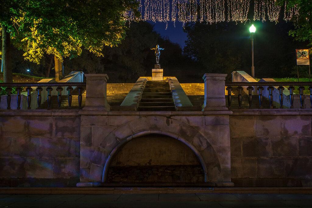 Каскад выхода из Нескучного сада к Пушскинской набережной