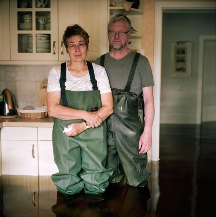 Германия, Саксония, октябрь 2013. Бриджит и Фридхельм Тотц в своем затопленном доме.