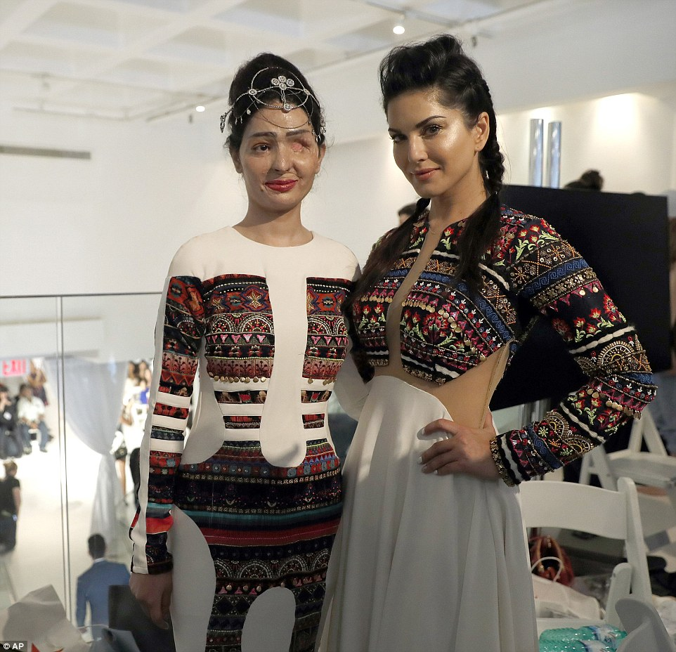 Решма и актриса Санни Леоне позируют перед фотокамерами после модного показа. Решма особо отметила,