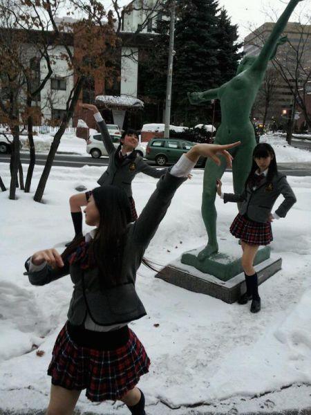 Уморительные фото со статуями